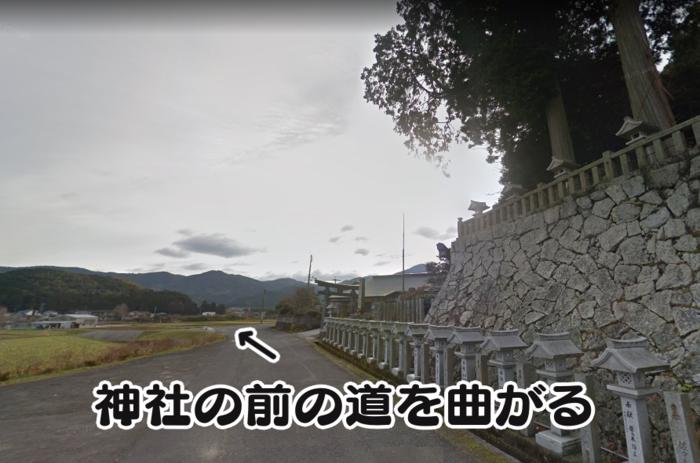 我鹿八幡神社の前を曲がる