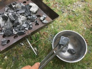 大きな炭を移す