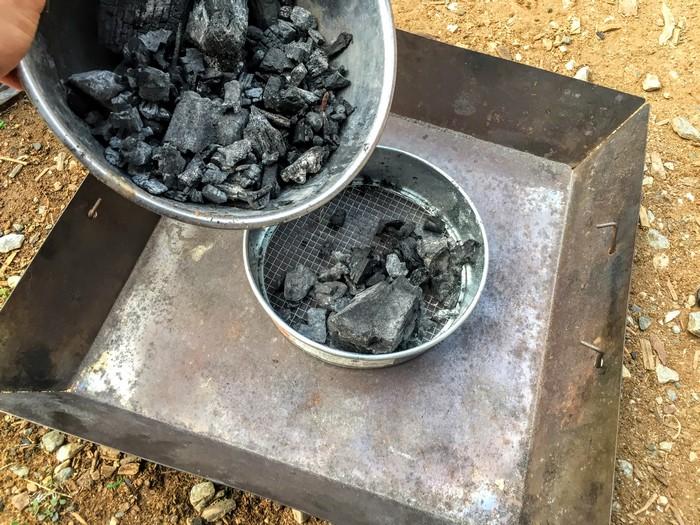 使用後の炭 ふるう