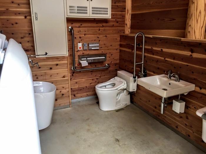昭和の森 キャンプ 身障者用トイレ