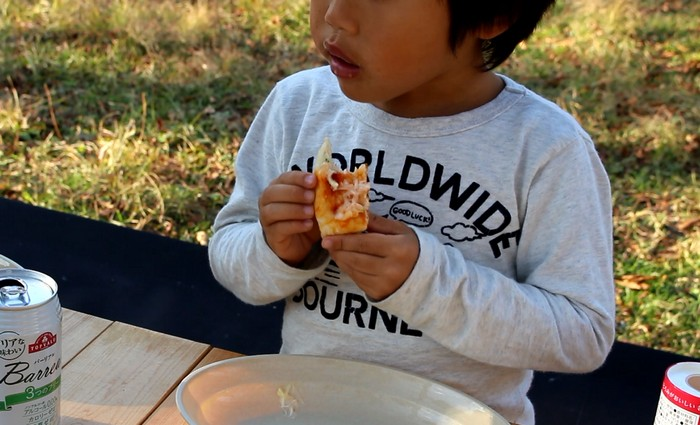 キャンプでピザ